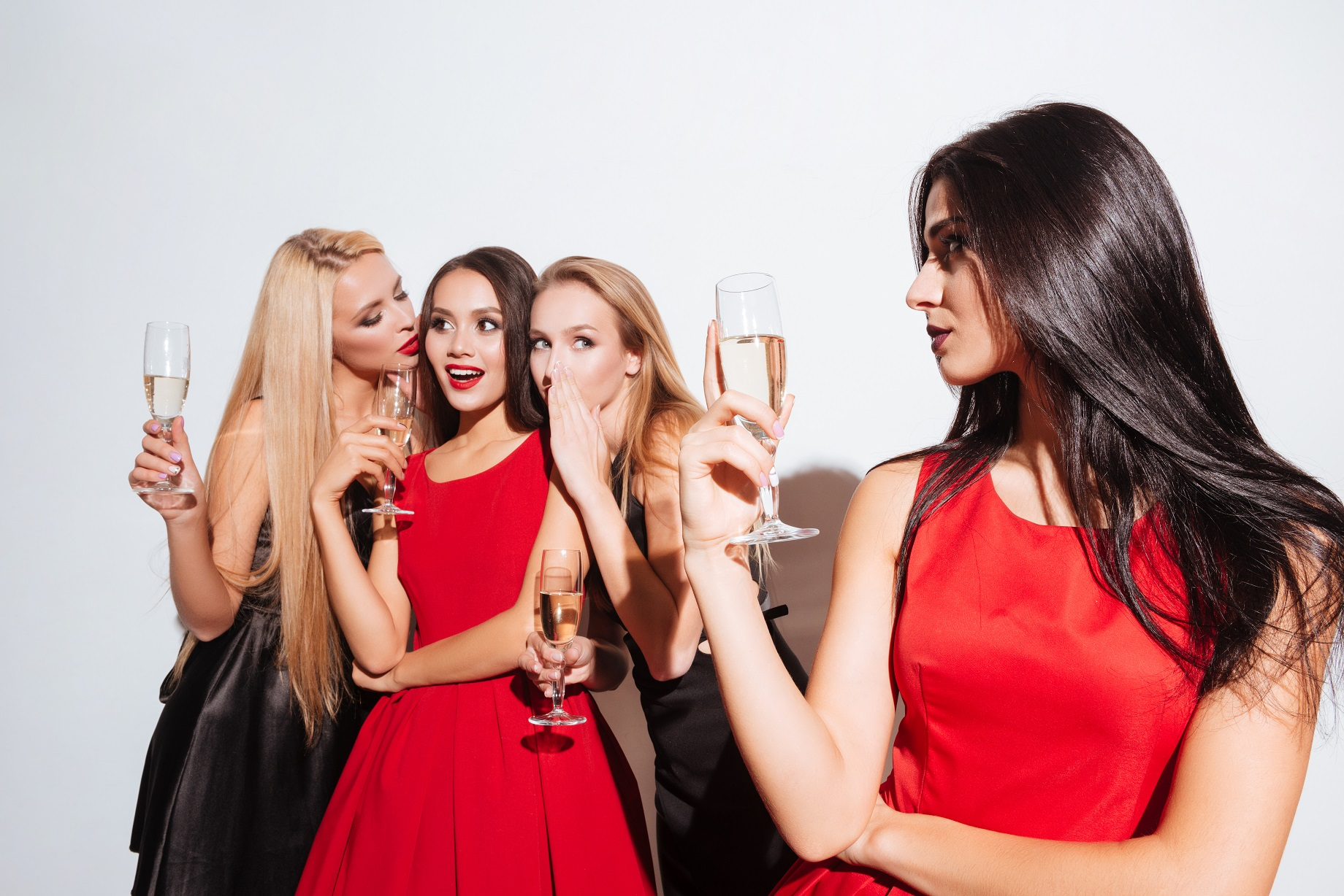 réussite réussite Est-ce de l'arrogance de parler de sa réussite ? graphicstock smiling young women drinking champagne and gossiping on the party over white background rdT3lNP3l