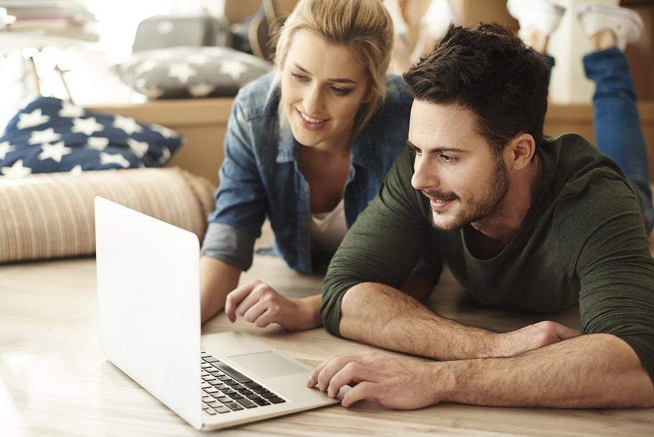 couple couple Est-ce dangereux de développer un Business en couple ? storyblocks young couple in new flat using laptop rDx373ZY5G